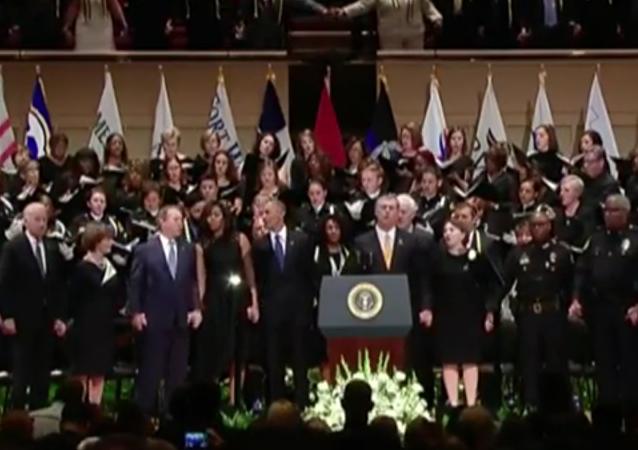 Quand Bush a le cœur à la danse aux funérailles des policiers morts à Dallas