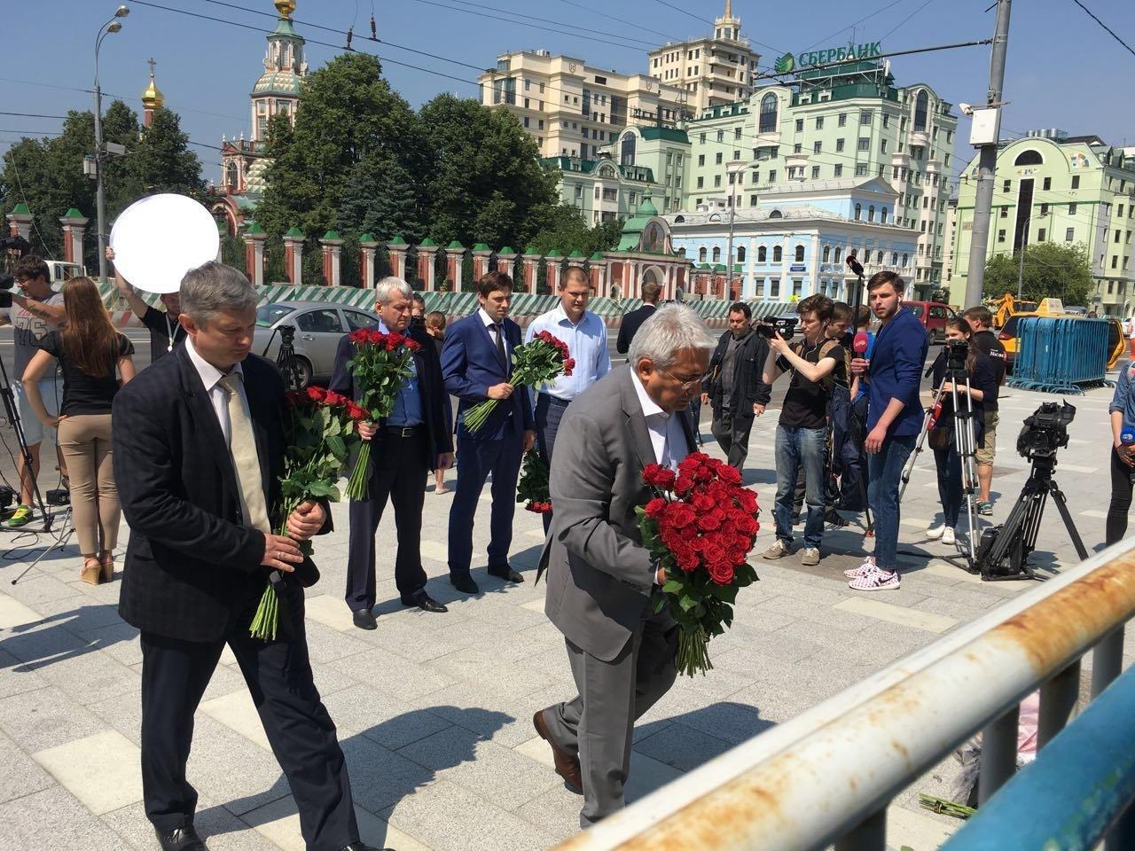 Les Russes apportent des fleurs à l'ambassade de France