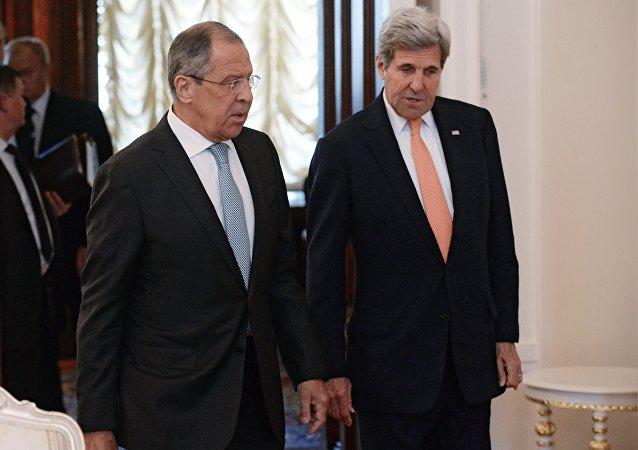Kerry et Lavrov ensemble pour un hommage à l'ambassade française de Moscou