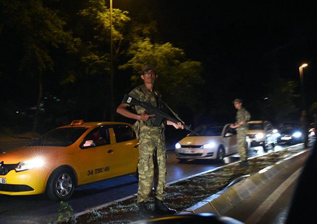Des tirs, des chasseurs et hélicoptères militaires dans le ciel d'Ankara