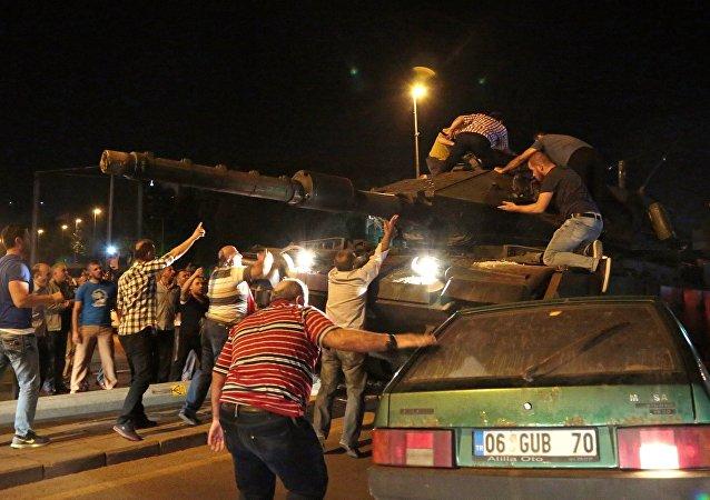 Ankara: des chars ouvrent le feu sur le bâtiment du parlement