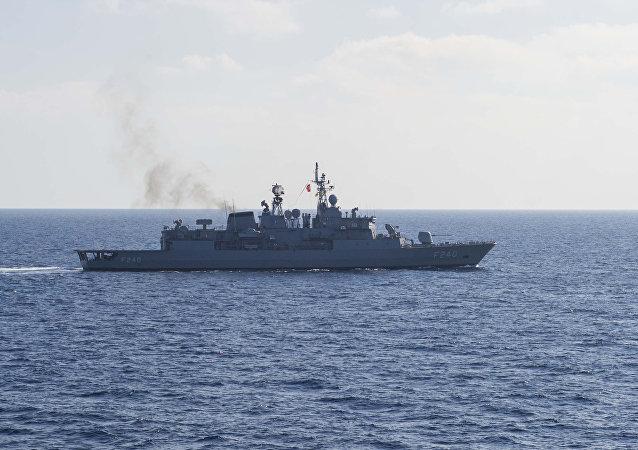 La frégate lance-missiles turque TCG Yavuz (F-240)
