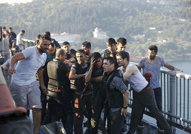 La police protège un soldat après la reddition des putschistes à Istanbul