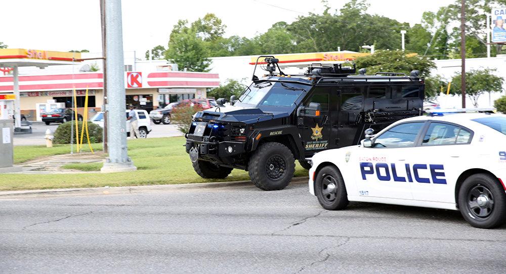 La police américaine bloque une route après la fusillade à Baton Rouge