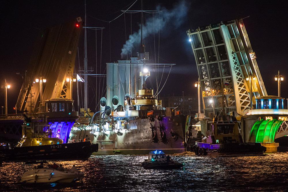 Le retour du croiseur légendaire Aurore à Saint-Pétersbourg