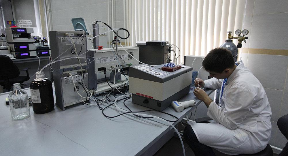 Un employé travaillant dans le laboratoire du centre anti-dopage accrédité par l'Agence mondiale antidopage (AMA), à Moscou