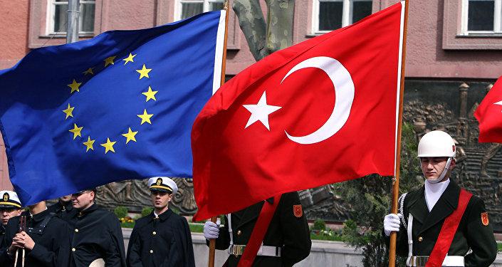 Les drapeaux européen et turc