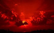 Un coucher de soleil rouge