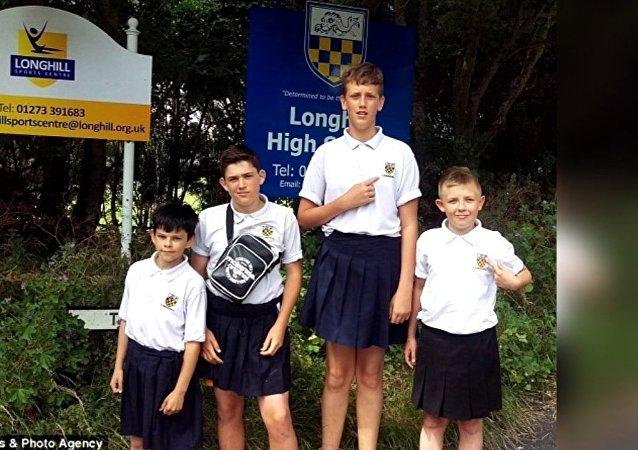 Des élèves protestant contre l'interdiction de porter le short à l'école