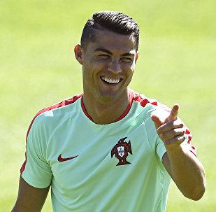 Ce fan russe sacrifie son passeport pour un autographe de Ronaldo