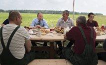 Le président russe prend son petit déjeuner avec des agriculteurs dans l'oblast de Tver