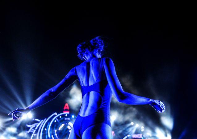 Une participante du festival de la musique électronique Alfa Future People aux abords de Nijni Novgorod (Russie).