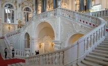 L'escalier principal du musée de l'Ermitage à Saint-Pétersbourg