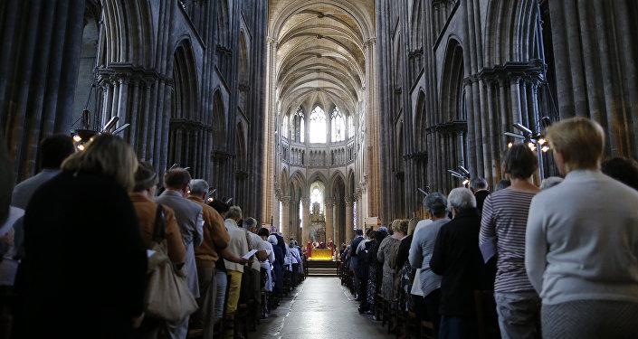Les Français de toutes confessions rendent hommage au prêtre égorgé