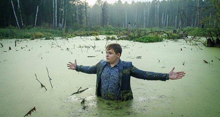 Garçon russe dans un marécage