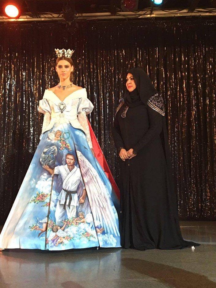 في عرض للأزياء... فستان بصورة بوتين بجناحي ملاك