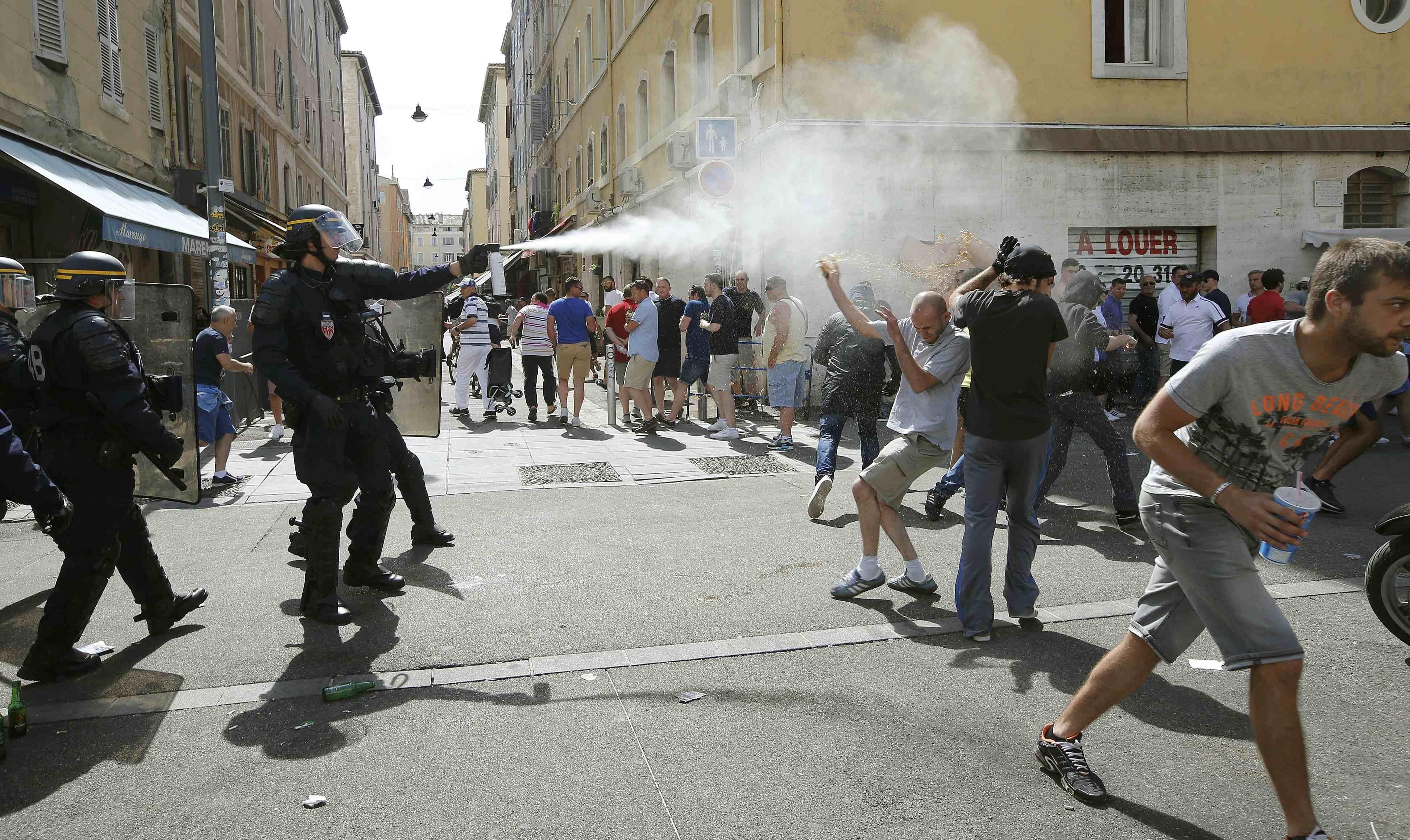 La police de Marseille utilise le gaz lacrimogène contre des fans en marge d'un match de l'Euro 2016