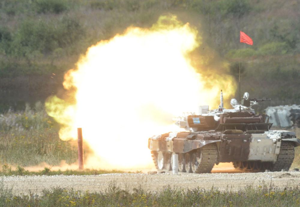 L'équipage du char T-72B3 de l'armée kazakhe lors du tir dans le cadre du biathlon en char d'assaut à Alabino