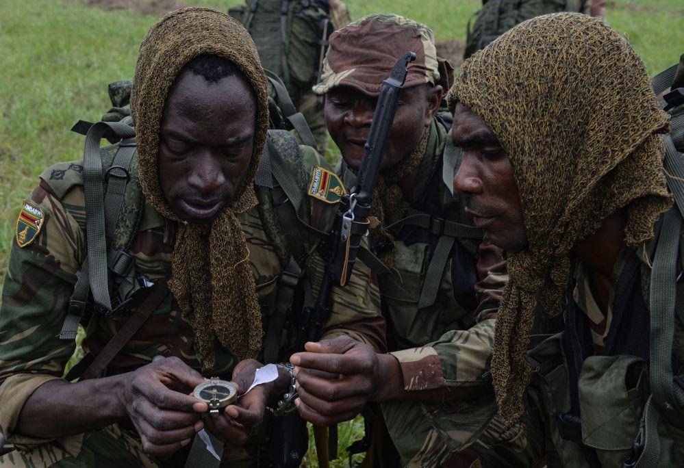 Les militaires des forces armées zimbabwéennes lors de la première épreuve du concours Les bons élèves du renseignement de guerre, L'assaut aéroporté et la marche forcée,  dans le cadre des Jeux militaires internationaux dans la région de Novossibirsk