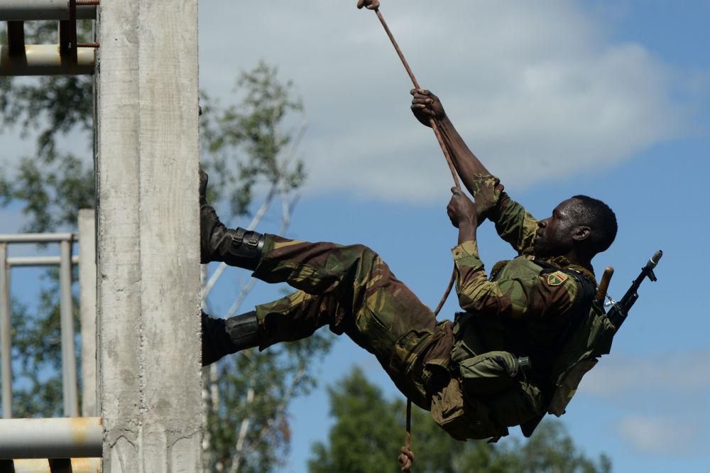 Les militaires  des forces armées zimbabwéennes  lors de l'épreuve Sentier d'un soldat du renseignement du concours Les bons élèves du renseignement de guerre dans le cadre des Jeux militaires internationaux dans la région de Novossibirsk