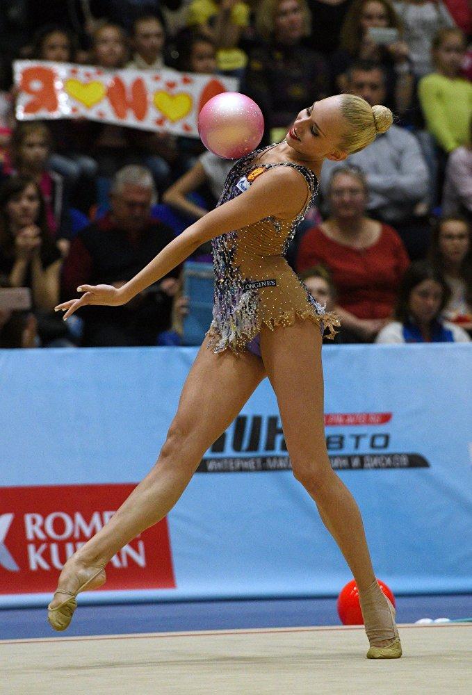 Yana  Kudryavtseva  fait un exercice au ballon lors de l'épreuve combinée du championnat russe de gymnastique rythmique à Sotchi, le 16 avril 2016