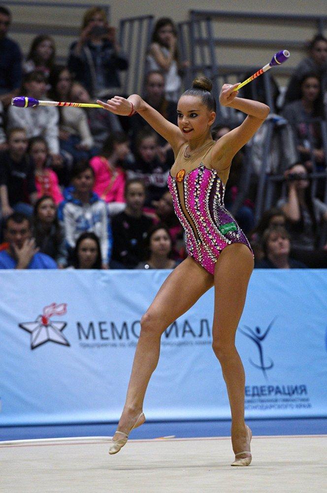 Dina Averina fait un exercice aux massues lors de l'épreuve combinée du championnat russe de gymnastique rythmique à Sotchi, le 16 avril 2016