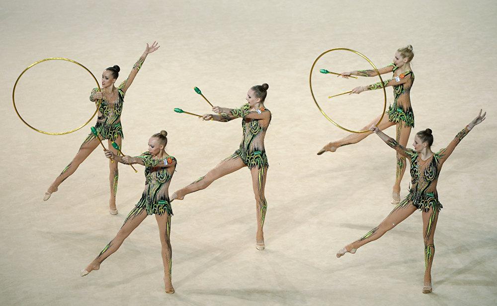 Les  gymnastes de l'équipe nationale russe font un exercice de groupe aux  massues et aux cerceaux lors du championnat  d'Europe de gymnastique rythmique à Holon (Israel), le 17 juin 2016