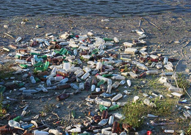 Corbeille en plastique flottant sur la rivière, la pollution de l'eau