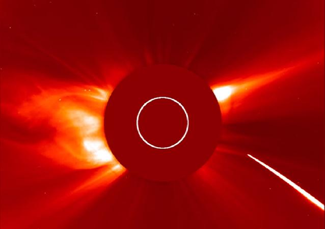 Une comète plonge vers le Soleil