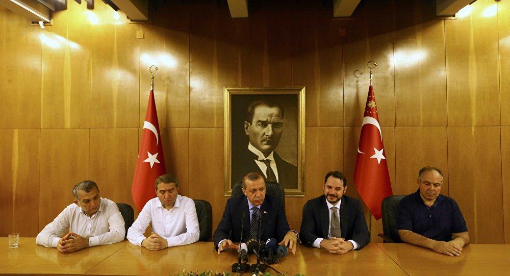 Le président turc Recep Tayyip Erdogan (au centre) lors d'une conférence de presse consacrée à la tentative de putsch