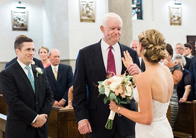 Une fiancée est menée à l'autel par l'homme qui porte le coeur de son père