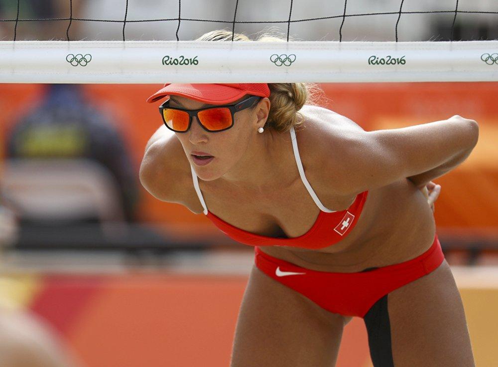 Une beach-volleyeuse suisse lors du match préliminaire face à l'Australie