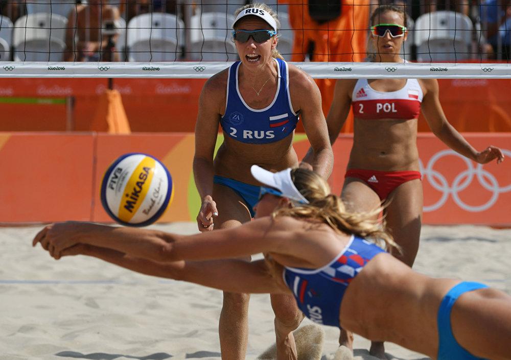 Les Russes Evguenia Ukolova (derrière) et Ekaterina Birlova lors du match du tour préliminaire face à l'équipe polonaise