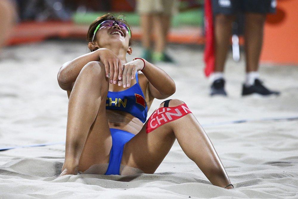 Une beach-volleyeuse chinoise lors du match du tour préliminaire face à l'équipe des Etats-Unis
