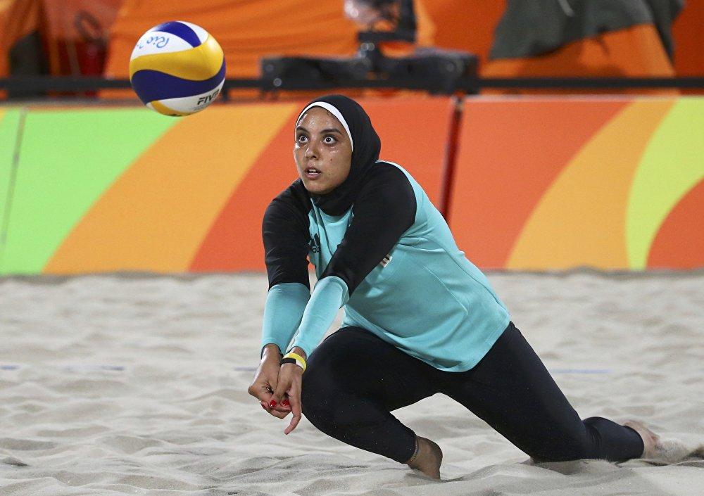 Une beach-volleyeuse égyptienne lors du match du tour préliminaire face à l'équipe de l'Italie