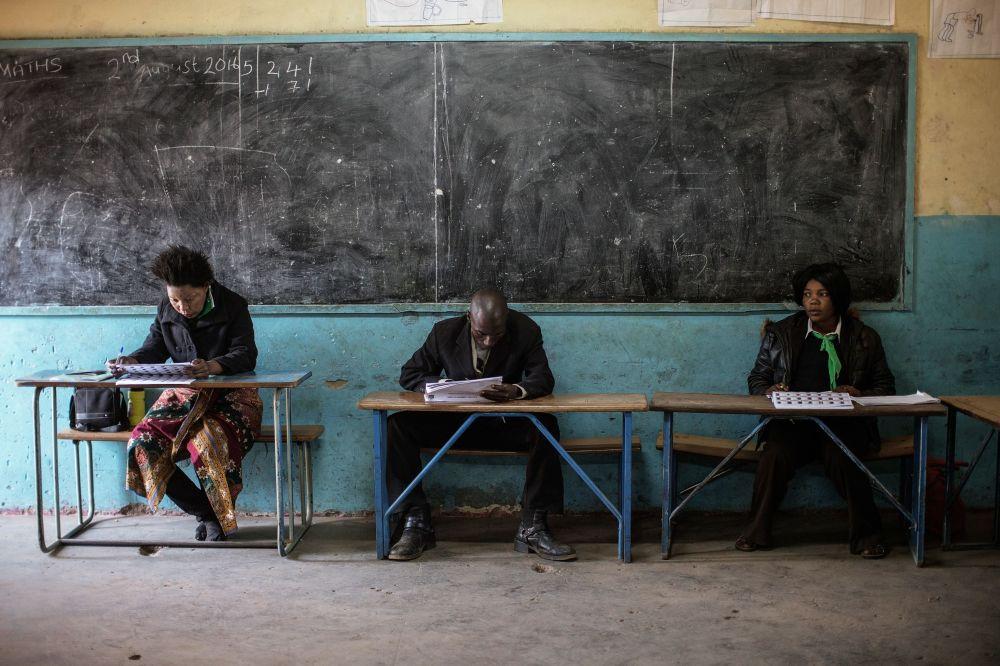 Le décompte des voix dans l'un des bureaux de vote de la capitale zambienne Lusaka