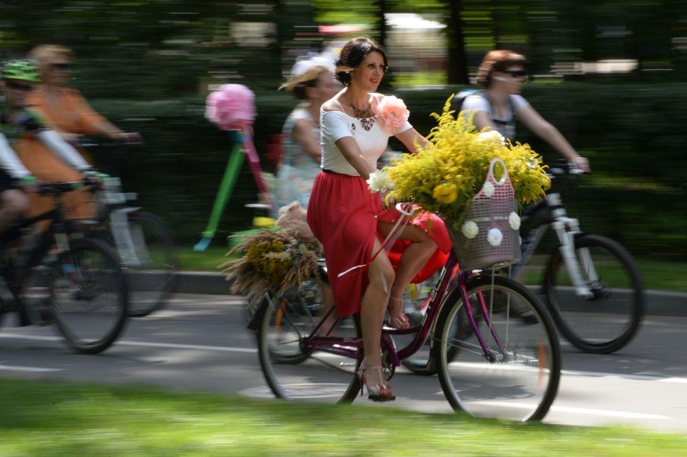 Les participants de la véloparade annuelle Lady à vélo à Moscou
