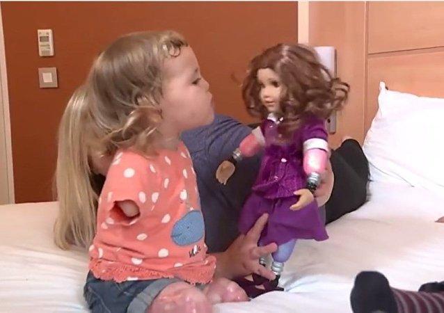 Harmonie-Rose Ivy Allen et sa poupée