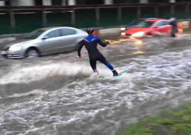 un Russe sillonne les rues inondées dans son wakeboard