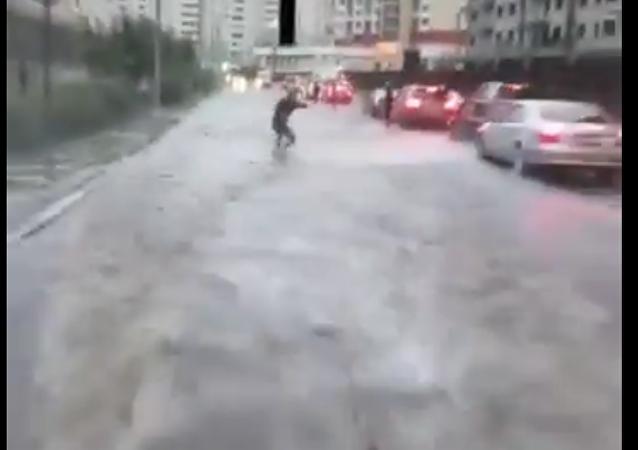 Il fait du wakeboard dans les rues inondées de Moscou