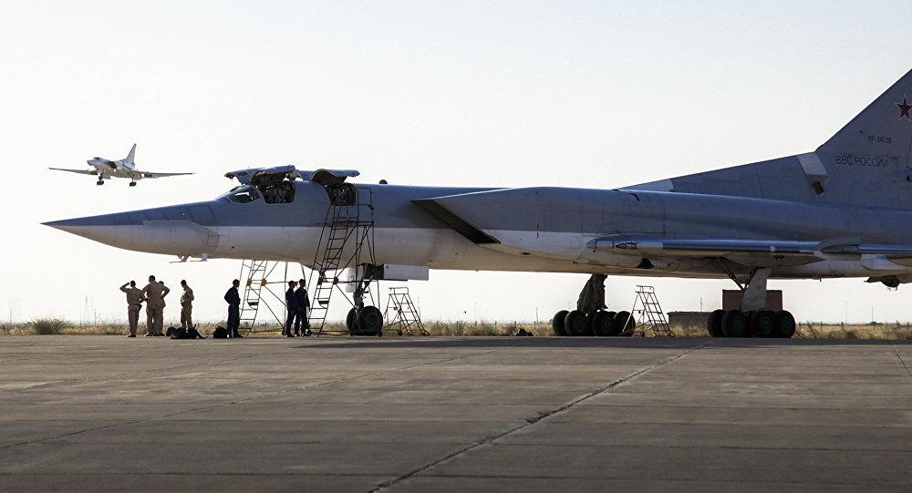 Un bombardier russeTu-22M3  à la base aérienne Hamadan en Iran
