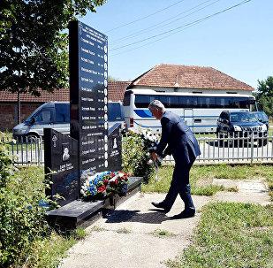 Hashim Thaçi dépose une gerbe au pied du monument aux victimes serbes.