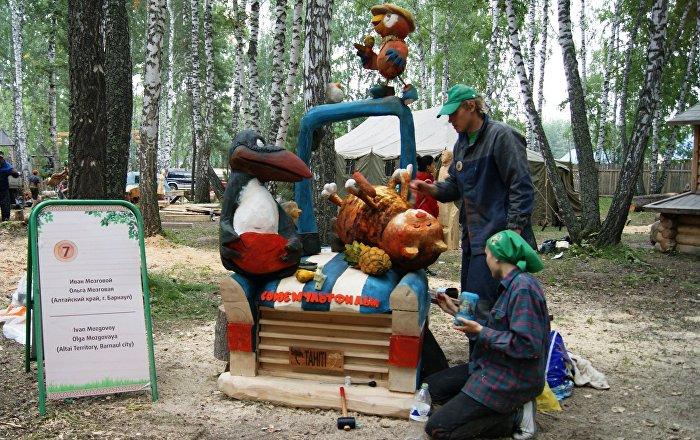 f te de la hache le festival russe qui r unit les meilleurs artisans du bois sputnik france. Black Bedroom Furniture Sets. Home Design Ideas