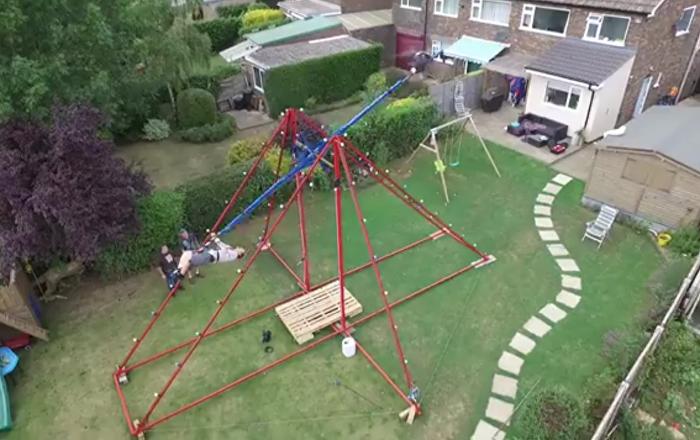 Il crée une balançoire à 360° avec un paramoteur