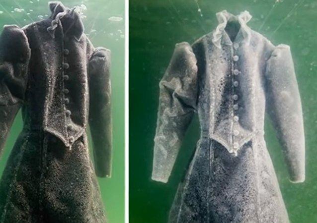 Une robe plongée dans la mer Morte
