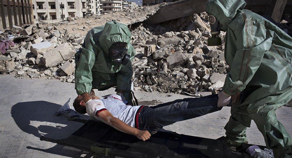 Dans la ville syrienne d'Alep, au nord de la Syrie, des volontaires participent à une simulation portant sur la manière de réagir à une attaque chimique, le 15 septembre 2013. (image d'illustration)