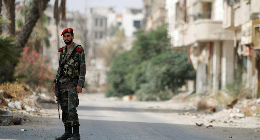Un soldat syrien à l'entrée de la ville de Darayya.