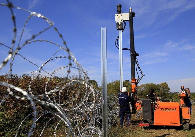 Militaires hongrois érigent une barrière à la frontière avec la Croatie