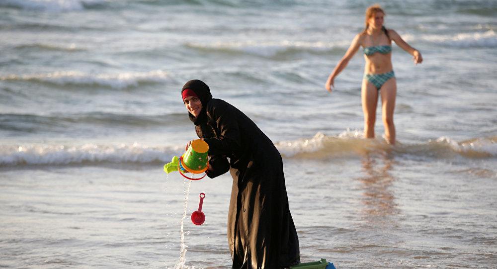 Des Bretons se baignent tout habillé en réponse à l'arrêté anti-burkini