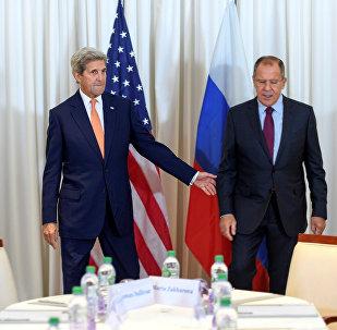 Le chef de la diplomatie russe Sergueï Lavrov et son homologue américain John Kerry